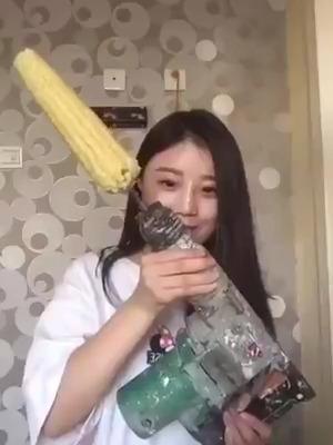 Jeito estranho de comer milho