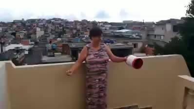 Mãe soltando pipa