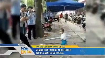 Criança defendendo a avó