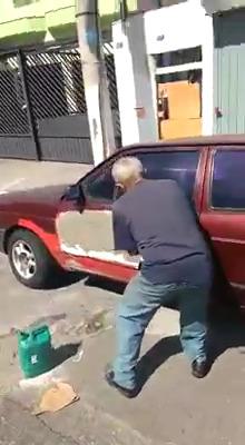 Pedreiro consertando carro