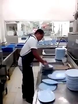 Maluco lavando louça