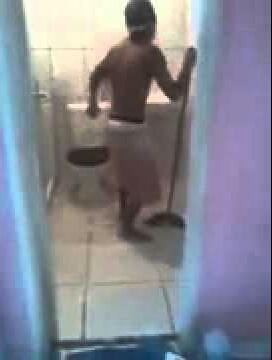 Lavando o banheiro