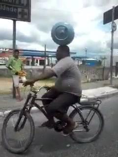 Carregando botijão de gás