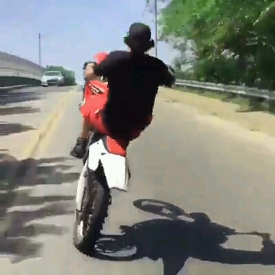 Fera empinando a moto