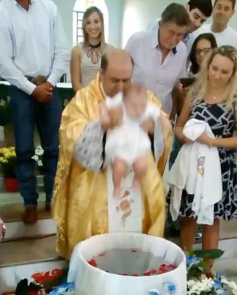 Padre maluco batizando