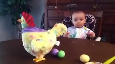 Bebê com brinquedo de galinha