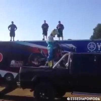 Tirando moto da caminhonete