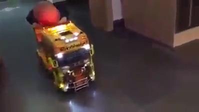 Brincando de caminhão com bebê