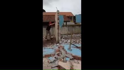 Pedreiro atingido por parede
