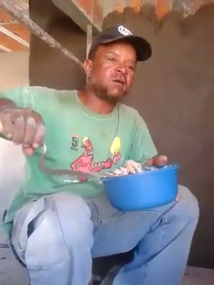 Pedreiro almoçando