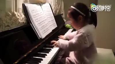 Menina linda no piano