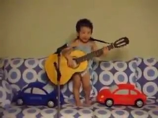Garotinho cantando Hey Jude