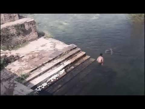Fantasma do menino pulando no lago